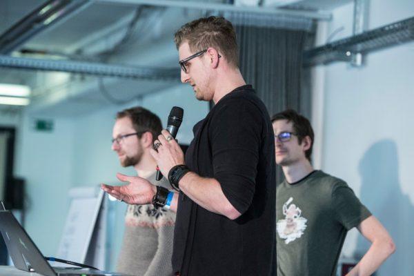Personen halten einen Vortrag