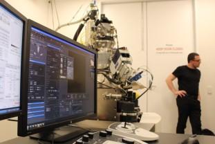 ZEISS ORION NanoFab am Center for Neural Engineering, Universität Melbourne. Mit freundlicher Genehmigung von Peter Hines, QUT, Queensland, Australien.