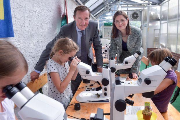 Justus Felix Wehmer (links), Geschäftsführer der Carl Zeiss Microscopy GmbH übergibt zehn Stereomikroskope vom Typ ZEISS Stemi 305 an Dr. Christina Walther, Projektleiterin für das Netzwerk wissenschaftlich-technischer Lernorte (witelo) zum Einsatz in einem mobilen Mikroskopier-Workshop. Foto: Jürgen Scheere/ZEISS