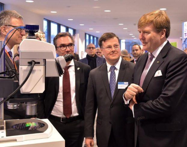 Dr. Markus Matthes, Entwicklungsleiter bei ASML, Prof. Dr. Jürgen Popp, Institutsdirektor des IPHT, Dr. Ludwin Monz, Mitglied des Vorstandes von ZEISS, und König Willem-Alexander (v.l.). bei dem Besuch in Jena.