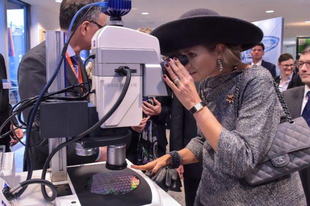 ZEISS präsentierte sich dem niederländischen Königspaar und einer Wirtschaftsdelegation. Am Stand von ZEISS und ASML blickte Königin Máxima durch ein ZEISS Axio Zoom.V16 Zoom-Mikroskop.