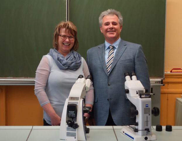 Die Schulleiter Jana Göbel von der Werner-Seelenbinder-Schule und André Bunge von der Pestalozzischule in Apolda freuen sich über die Mikroskope für den naturwissenschaftlichen Unterricht.