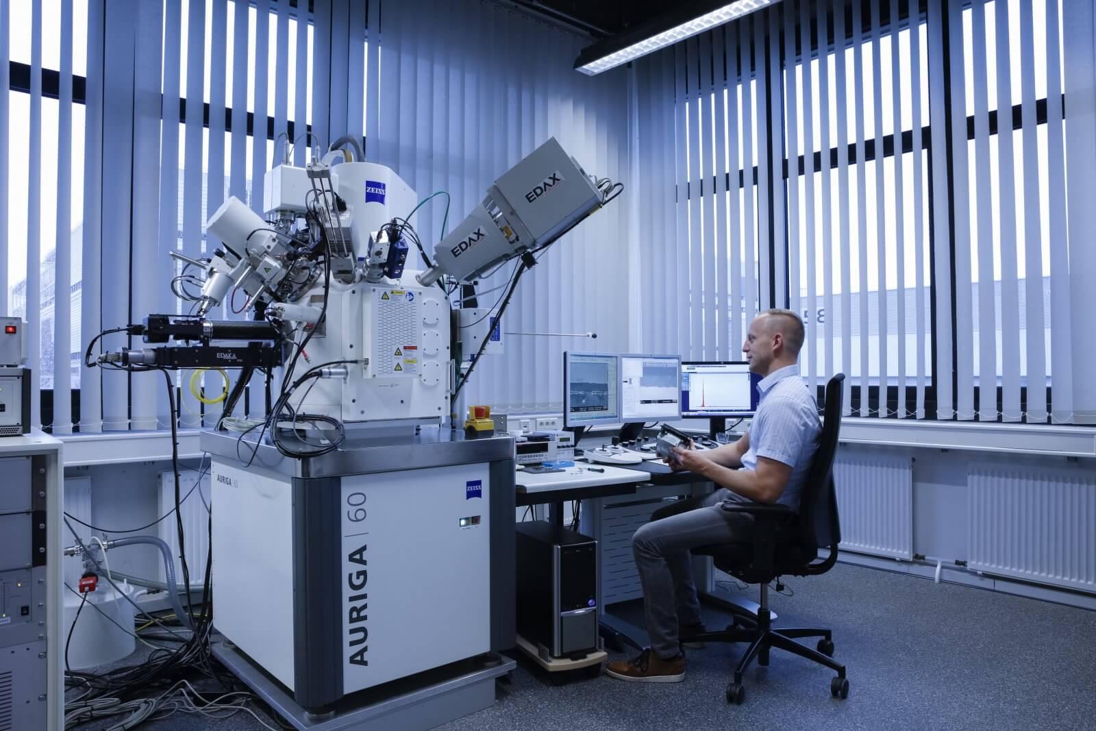 Bei Audi setzen Jens Schaufler und sein Team das ZEISS AURIGA FIB-SEM zur Fehleranalyse von Bauteilen in Motoren und Getrieben ein.