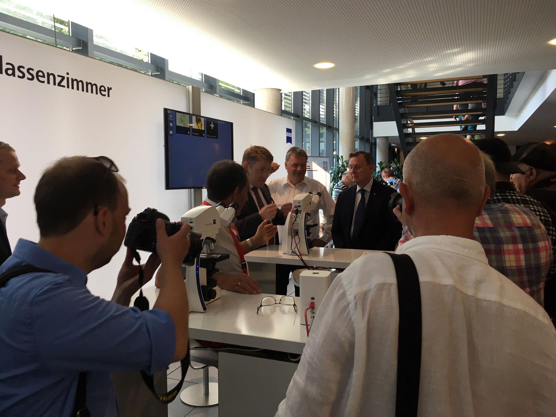 Der Landtagspräsident Christian Carius und der Thüringer Ministerpräsident Bodo Ramelow zu Gast am ZEISS Stand.