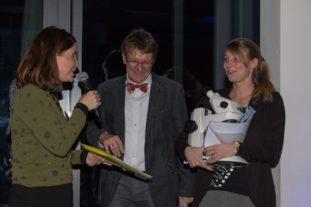 Prof. Dr. Julia Walochnik (Präsidentin der DGP 2018), Prof. Dr. Hartmut Arndt und Sarah Carduck (v.l.n.r.) bei der Verleihung Preises. Foto: Johannes Werner