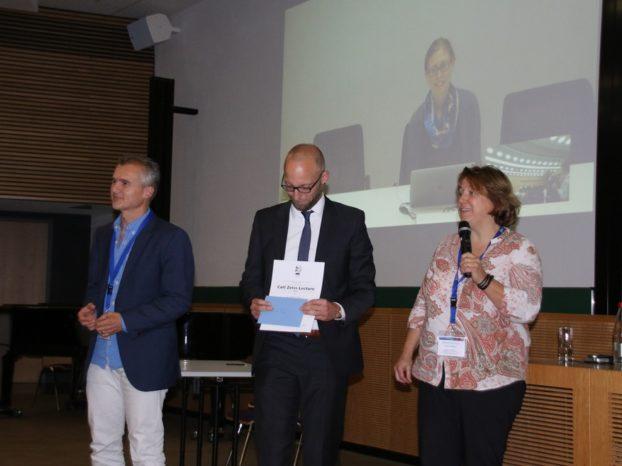 Zur Preisverleihung an der Universität in Leipzig am Montagabend war Dr. Lo Celso per Liveübertragung zugeschalten. Dr. Michael Graf (Mitte) von ZEISS überreichte die Urkunde virtuell.