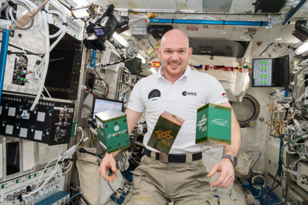 Alexander Gerst an Bord der ISS mit den drei Experimenten des Überflieger-Wettbewerbs