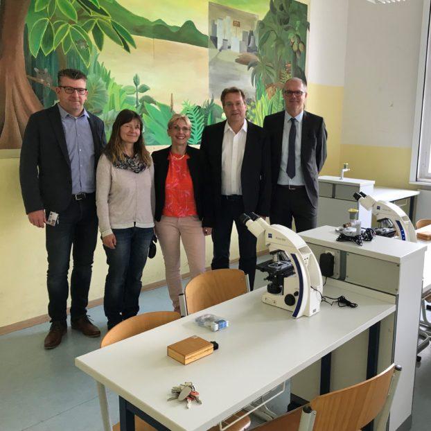 Übergabe der ZEISS Mikroskope am Schiller-Gymnasium in Eisenberg