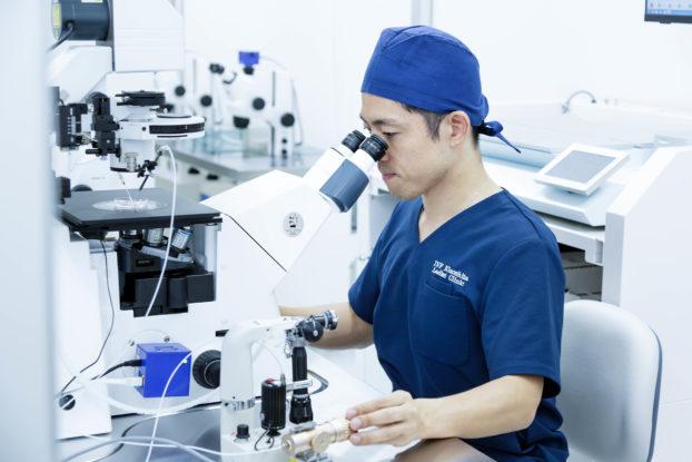 Dr. Kinoshita arbeitet mit ZEISS Axio Observer - nur eines der vielen ZEISS Mikroskope in seiner Klinik