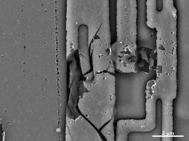 SEM_memory-chip-surface-damage_EVO